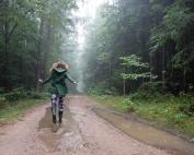dzikie dzieci magda bębenek rok bliżej natury las w nas bieganie po kałużach wielki zachwyt błotem