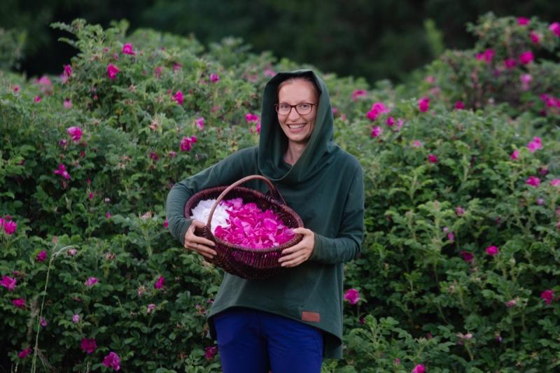 dzikie dzieci magda bębenek rok bliżej natury las wnas płatki dzikiej róży zbieranie ziół